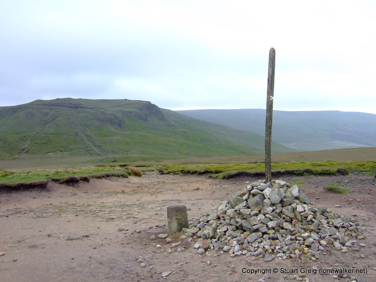 The cairn and pole on Mill Hill